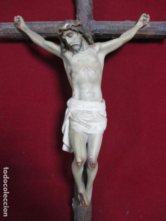 Antigüedades: ANTIGUO CRISTO EN LA CRUZ. CRUCIFIJO. GRAN EXPRESIVIDAD Y DETALLE. SOBRE MARCO. - Foto 3 - 140352410