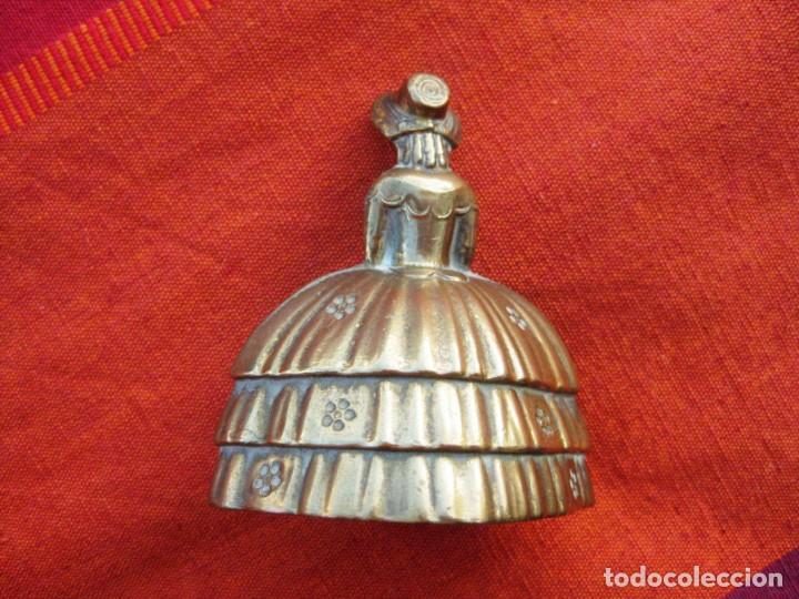 Antigüedades: CAMPANA EN BRONCE DAMA INGLESA PEQUEÑA 150 grs. y 7 CMS DE ALTURA - Foto 5 - 140353846