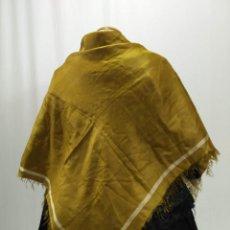 Antigüedades: ANTIGUO MANTÓN DE SEDA COLOR ACEITE. Lote 140361850