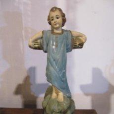 Antigüedades: IMAGEN DEL NIÑO JESUS APOYADO EN LA CRUZ - ESTILO OLOT- INICIALES L S -. Lote 140361998