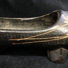 Antigüedades: PRECIOSO ZUECO-MADREÑA-ABARCA, EN MADERA TALLADA, CON ADORNO FLORAL. Lote 140386382