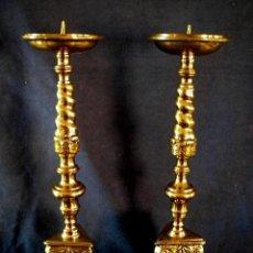 Antigüedades: UN JUEGOS CANDELABROS ANTIGUOS DE BRONCE. PRINCIPIO DEL SIGLO PASADO. ESTILLO BARROCO. Lote 140386438