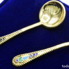 Antigüedades: RUSIA IMPERIAL - 2 PEQUEÑAS CUCHARAS RUSAS DE PLATA DORADA Y ESMALTES - PUNZONES / CONTRASTES RUSOS. Lote 140389770