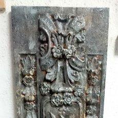 Antigüedades: ANTIGUA TABLA DE RESINA ANTIGUA CON MOTIVOS ORNAMENTALES, IMITACIÓN DE METAL OXIDADO. PIEZA ÚNICA.. Lote 140401230