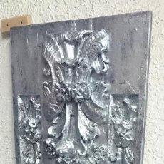Antigüedades: ANTIGUA TABLA DE RESINA ANTIGUA CON MOTIVOS ORNAMENTALES, IMITACIÓN DE PLATA. PIEZA ÚNICA. . Lote 140401798