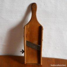 Antigüedades: MANDOLINA RALLADOR DE MADERA 34CM X 10,5CM. Lote 140417186