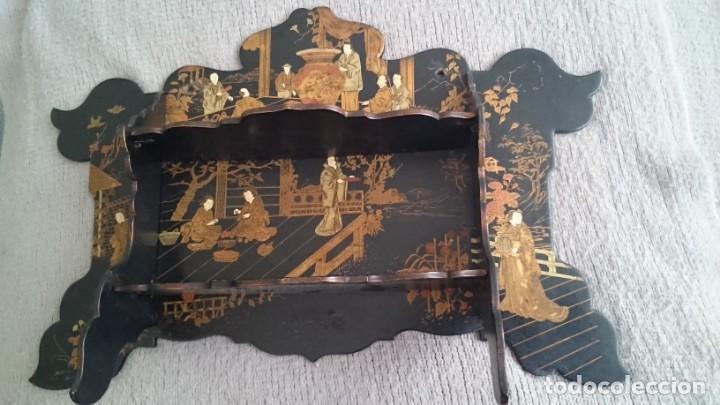 ANTIGUA ESTANTERÍA EN MADERA LACADA PINTADA A MANO Y ESGRAFIADO CON FIGURAS CHINA JAPÓN - PLEGABLE (Antigüedades - Muebles Antiguos - Auxiliares Antiguos)