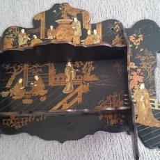 Antigüedades: ANTIGUA ESTANTERÍA EN MADERA LACADA CON FIGURAS CHINA JAPÓN - PLEGABLE . Lote 140439454