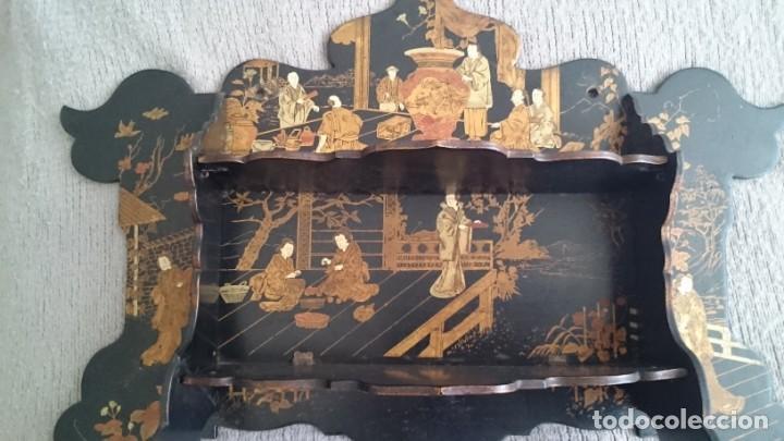 Antigüedades: ANTIGUA ESTANTERÍA EN MADERA LACADA PINTADA A MANO Y ESGRAFIADO CON FIGURAS CHINA JAPÓN - PLEGABLE - Foto 2 - 140439454
