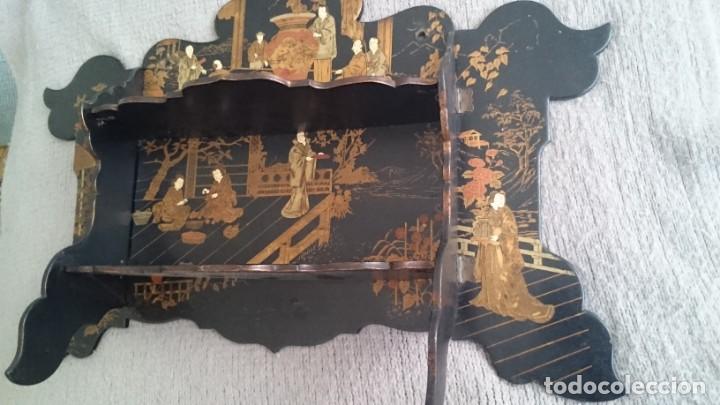 Antigüedades: ANTIGUA ESTANTERÍA EN MADERA LACADA PINTADA A MANO Y ESGRAFIADO CON FIGURAS CHINA JAPÓN - PLEGABLE - Foto 3 - 140439454