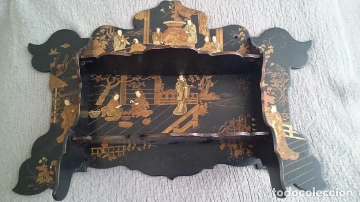 Antigüedades: ANTIGUA ESTANTERÍA EN MADERA LACADA PINTADA A MANO Y ESGRAFIADO CON FIGURAS CHINA JAPÓN - PLEGABLE - Foto 4 - 140439454