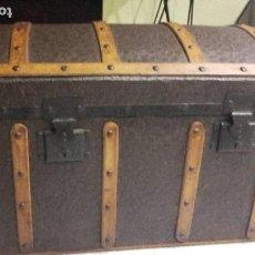 Antigüedades: BAUL ANTIGUO DE MADERA Y METAL RESTAURADO.. Lote 140442618