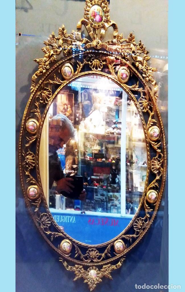 PRECIOSO ESPEJO OVALADO DE BRONCE CALADO CON 10 PORCELANAS POLICROMADAS ALREDEDOR.101 X 62 CM. LUJO (Antigüedades - Muebles Antiguos - Espejos Antiguos)