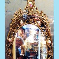 Antigüedades: PRECIOSO ESPEJO OVALADO DE BRONCE CALADO CON 10 PORCELANAS POLICROMADAS ALREDEDOR.101 X 62 CM. LUJO. Lote 140444246