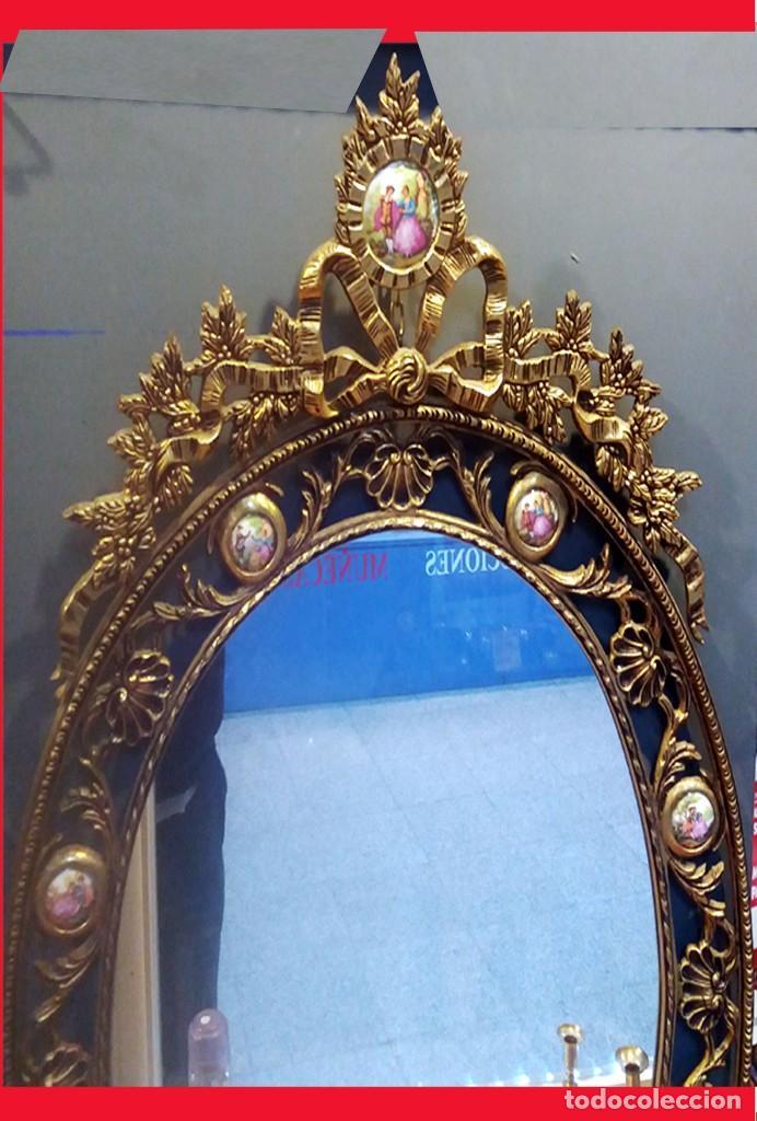Antigüedades: PRECIOSO ESPEJO OVALADO DE BRONCE CALADO CON 10 PORCELANAS POLICROMADAS ALREDEDOR.101 X 62 cm. LUJO - Foto 3 - 140444246