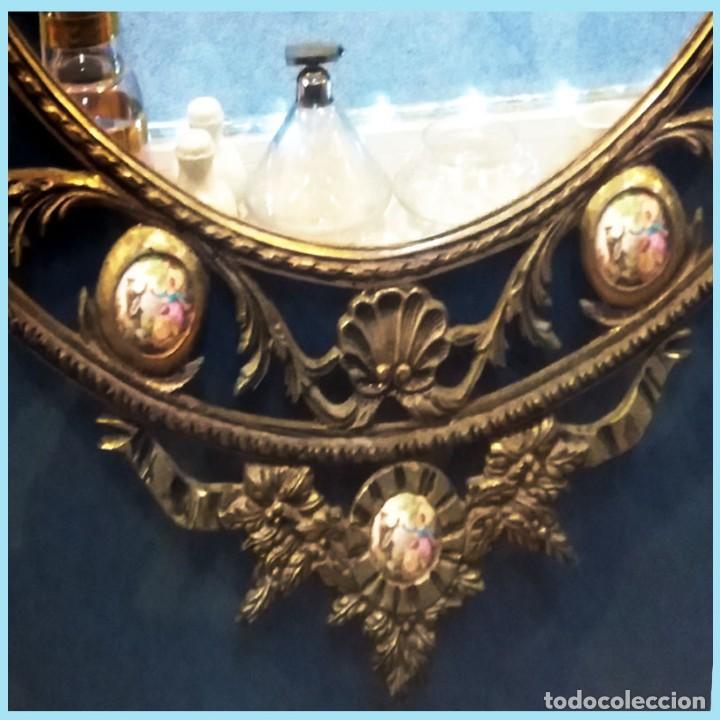 Antigüedades: PRECIOSO ESPEJO OVALADO DE BRONCE CALADO CON 10 PORCELANAS POLICROMADAS ALREDEDOR.101 X 62 cm. LUJO - Foto 4 - 140444246