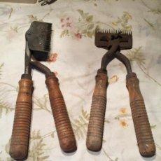 Antigüedades: ANTIGUAS 2 MAQUINILLA / MAQUINILLAS / TIJERAS ESQUILADORAS PARA OBEJAS CON MANGO DE MADERA AÑOS 50 . Lote 140450698
