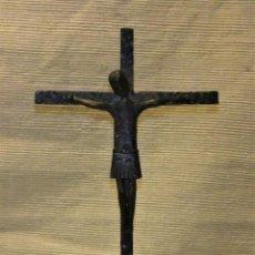Antigüedades: ANTIGUO CRUCIFIJO DE SOBREMESA DE HIERRO FORJADO. Lote 140467454