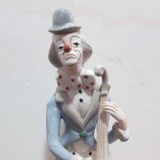 Antigüedades: FIGURA GRANDE DE PORCELANA PAYASO TOCANDO VIOLONCHELO MARCA TENGRA 33 CMS. Lote 140468358
