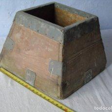 Antigüedades: MEDIDA FANEGA DE MADERA TAMAÑO PEQUEÑO 18 CM MEDIDA CEREAL EN BUEN ESTADO. Lote 140492850
