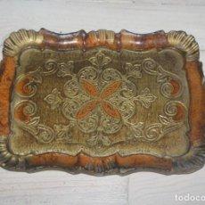 Antigüedades: BANDEJA DE MADERA PINTADA Y DECORADA CON PAN DE ORO. Lote 140496470