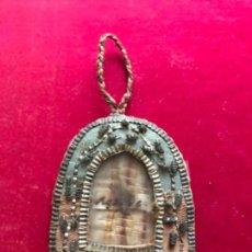 Antigüedades: ANTIGUO RELICARIO DE ROPA EN SEDA BORDADA E HILO METÁLICO. S.XVIII. Lote 140498018