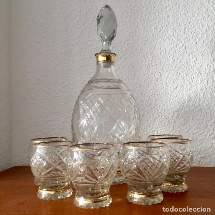ANTIGUO JUEGO LICORERA CON 6 VASOS CRISTAL TALLADO CON DORADOS (Antigüedades - Cristal y Vidrio - Otros)