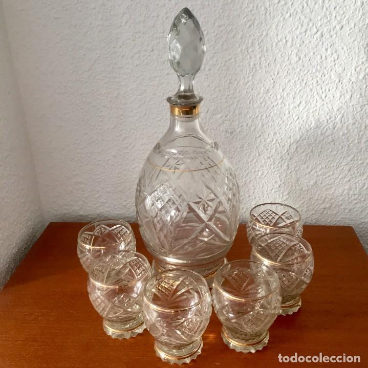Antigüedades: Antiguo Juego licorera con 6 vasos cristal tallado con dorados - Foto 2 - 140578034