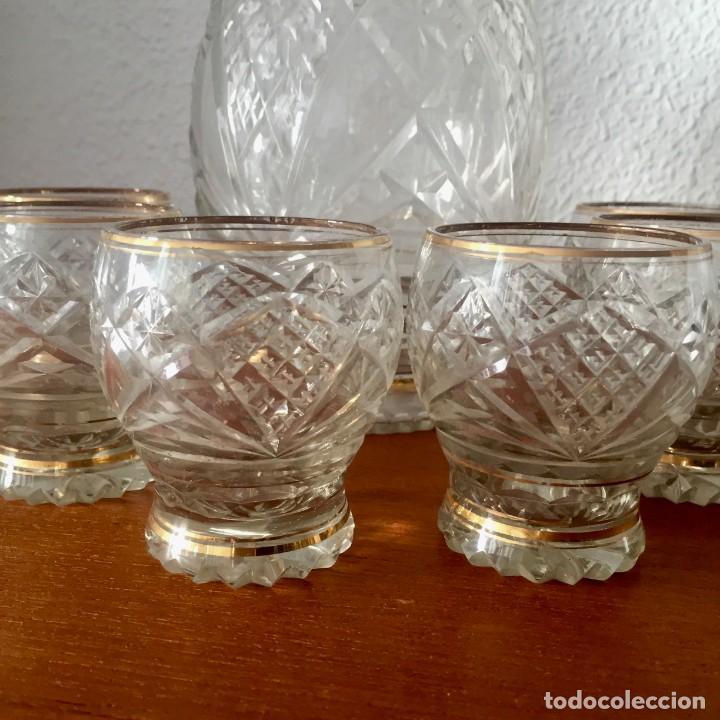 Antigüedades: Antiguo Juego licorera con 6 vasos cristal tallado con dorados - Foto 3 - 140578034