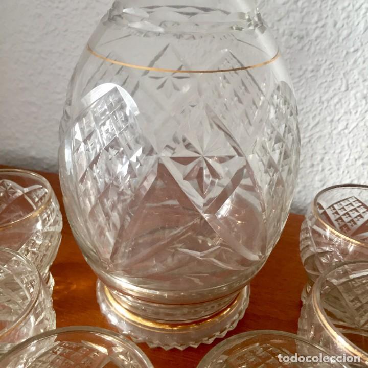 Antigüedades: Antiguo Juego licorera con 6 vasos cristal tallado con dorados - Foto 4 - 140578034