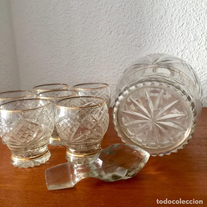 Antigüedades: Antiguo Juego licorera con 6 vasos cristal tallado con dorados - Foto 5 - 140578034
