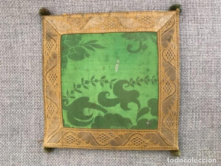 ANTIGUA FUNDA DE CORPORALES DE SEDA ADAMASCADA EN COLOR VERDE CON GALÓN DORADO. (Antigüedades - Religiosas - Ornamentos Antiguos)