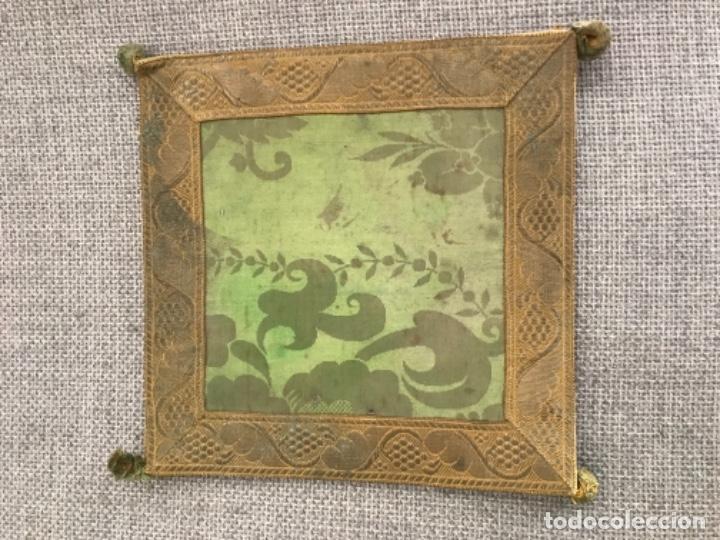 Antigüedades: Antigua funda de corporales de seda adamascada en color verde con galón dorado. - Foto 2 - 140587082