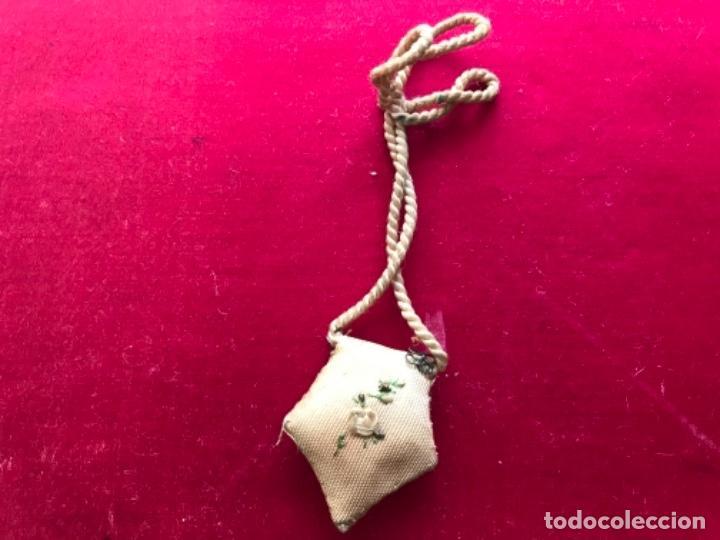 Antigüedades: Antiguo escapulario con imagen de anegel y bordado con hilos de seda y metálico. S.XIX - Foto 2 - 140588810