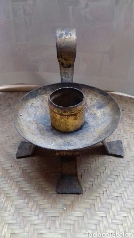 Antigüedades: Antigua palmatoria candelabro portavelas de hierro. - Foto 2 - 140604046