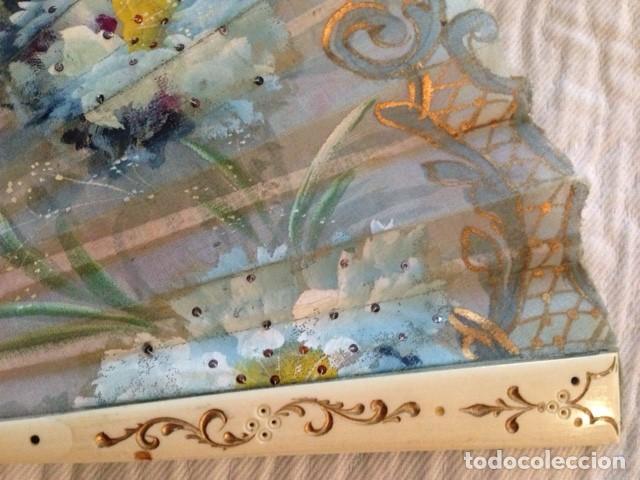 Antigüedades: ABANICO DE MARFIL DE FINALES DEL S. XIX PINTADO A MANO CON ESCENAS FLORALES y LENTEJUELAS - Foto 2 - 140614030