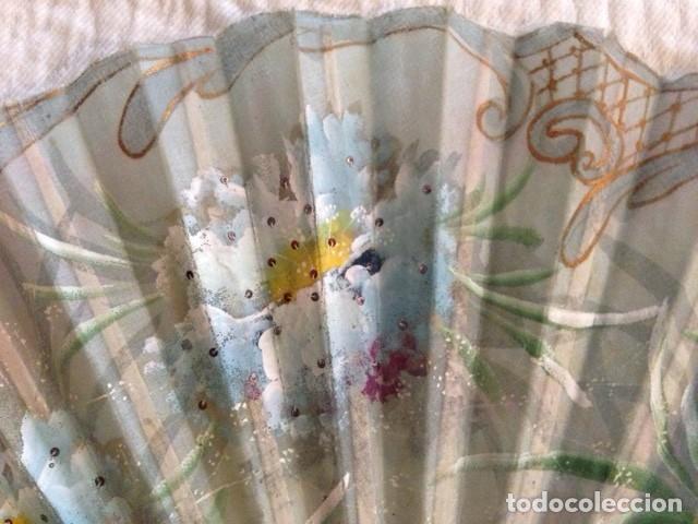 Antigüedades: ABANICO DE MARFIL DE FINALES DEL S. XIX PINTADO A MANO CON ESCENAS FLORALES y LENTEJUELAS - Foto 5 - 140614030