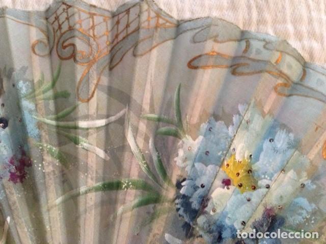 Antigüedades: ABANICO DE MARFIL DE FINALES DEL S. XIX PINTADO A MANO CON ESCENAS FLORALES y LENTEJUELAS - Foto 6 - 140614030