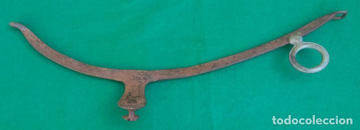 Antigüedades: ANTIGUA COSTILLA DE HIERRO FORJADO Y BRONCE PARA COLLAR DE GUARNICIÓN - Foto 2 - 140642030