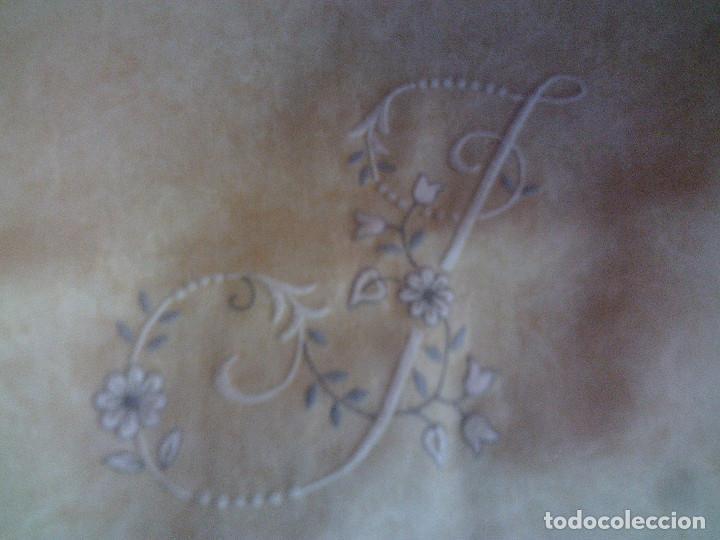 Antigüedades: ~~~~ FUNDA PARA ALMOHADA ADAMASCADA CON BELLISIMO BORDADO, MIDE 50 X 46 CM. ~~~~ - Foto 2 - 140652562