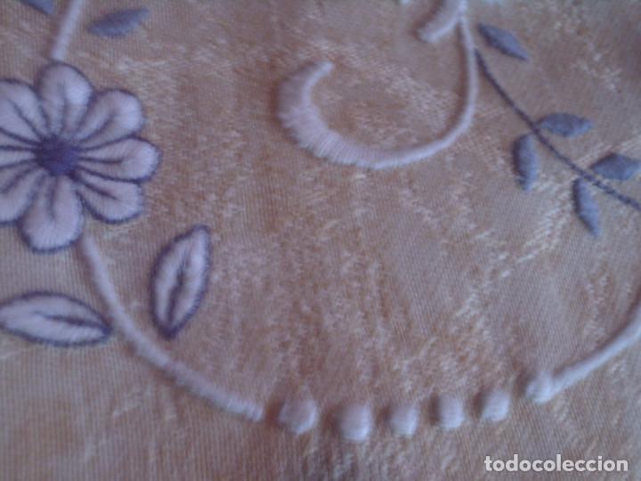 Antigüedades: ~~~~ FUNDA PARA ALMOHADA ADAMASCADA CON BELLISIMO BORDADO, MIDE 50 X 46 CM. ~~~~ - Foto 5 - 140652562
