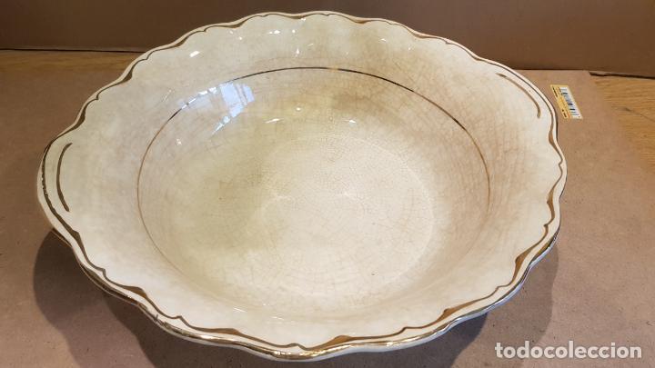 CENTRO DE MESA-FRUTERO / CERÁMICA CRAQUELADA / SEVILLA / SELLADO / 10 CM ALTO X 28 Ø. (Antigüedades - Porcelanas y Cerámicas - Otras)