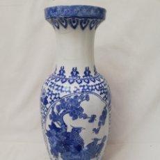Antigüedades: GRAN JARRON DE PORCELANA CHINA. AZUL Y BLANCO.64 CM.. Lote 140758713