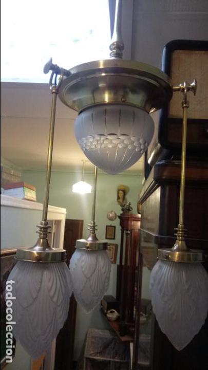 Antigüedades: Antigua lámpara Modernista de latón y tulipas de cristal tallado a mano de los años 20-30 - Foto 2 - 140809566