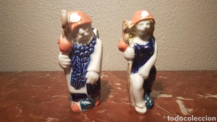 PAREJA DE PEREGRINOS DE PORCELANA SARGADELOS (Antigüedades - Porcelanas y Cerámicas - Sargadelos)