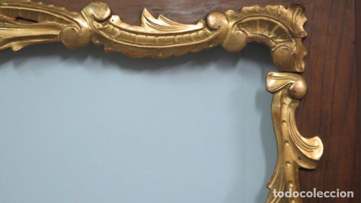 Antigüedades: GRAN MARCO DE MADERA TALLADA EN PAN DE ORO Y CHAPA DE NOGAL. FINALES SIGLO XIX - Foto 8 - 140830834