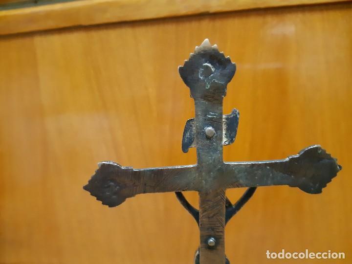 Antigüedades: Antigua cruz de altar en bronce muy antigua mide 25 cm. de alto - Foto 5 - 140830934