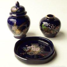 Antigüedades: CONJUNTO DE 3 PIEZAS JARRONES DE PORCELANA JAPONESA AZUL SATSUMA VINTAGE ORIENTAL JAPÓN AÑOS 60 70. Lote 140838166