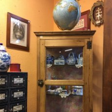 Antigüedades: VITRINA ANTIGUA DE MADERA CON CRISTALES FRONTALES Y LATERALES - MUEBLE EXPOSITOR - ESTILO RÚSTICO. Lote 140844432