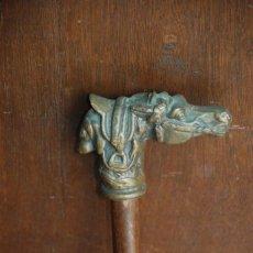 Antigüedades: MUY BONITO BASTÓN CON EMPUÑADURA DE BRONCE DE PERRO Y CABALLO. Lote 140866814